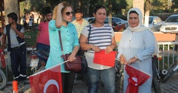Harranlı kadınlar her eve Türk Bayrağı dağıtıyor
