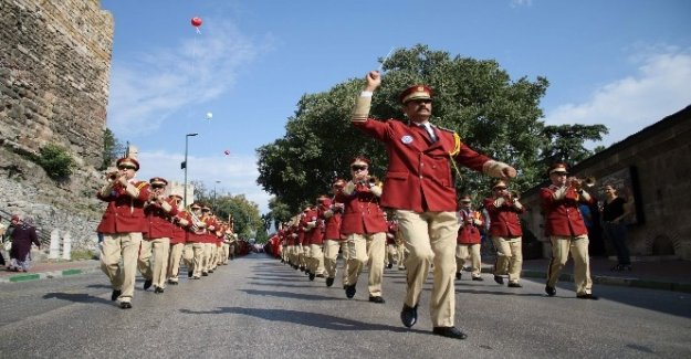 Bursa'nın düşman işgalinden kurtuluşunun 94. yıl dönümü, kortej yürüyüşü ve törenlerle kutlandı.