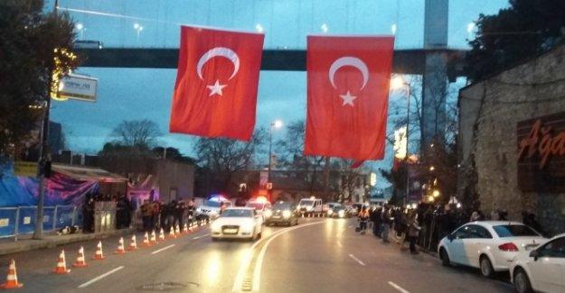 Gece kulübünün bulunduğu caddeye dev Türk bayrağı asıldı