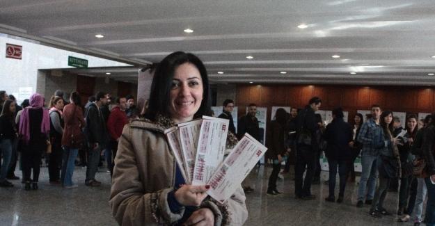 Tiyatro Festivaline bileti alabilmek için 18 saat beklediler