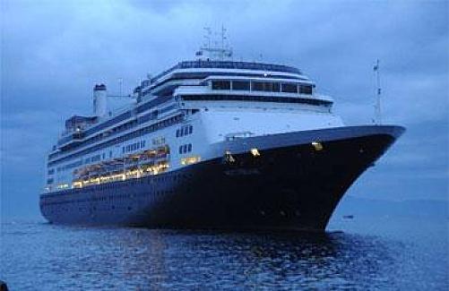 Sezonun ilk turist gemisi Kuşadası'na geldi