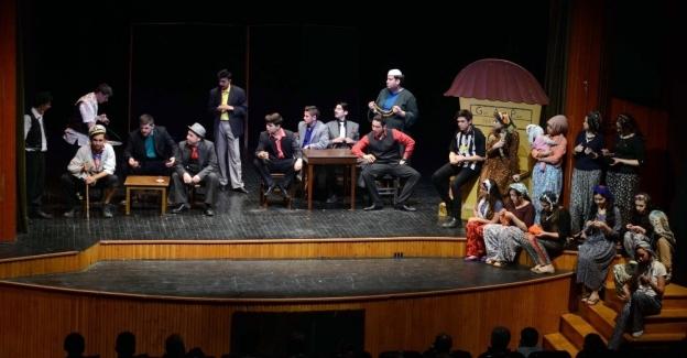 Tiyatro Okulu öğrencilerinin mezuniyet coşkusu