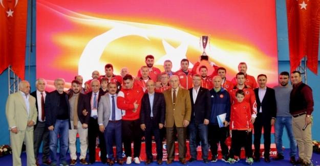 Vehbi Emre & Hamit Kaplan Güreş Turnuvası'nda şampiyon Türkiye
