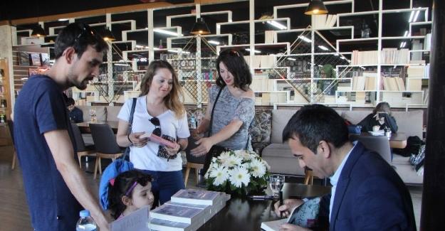 Yazar Sinan Akyüz gerçek bir hikayeyi anlattığı kitabının imza gününde okurlarıyla buluştu