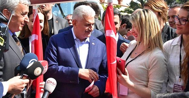 Başbakan Yıldırım, MHP'nin referandum standını ziyaret etti