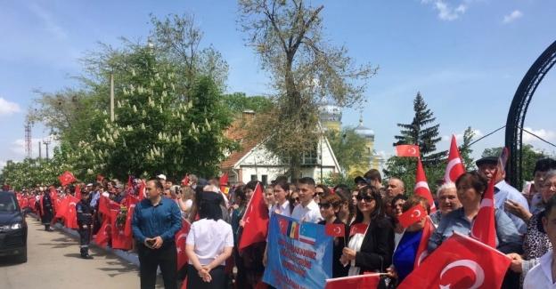 Başbakan Yıldırım, Gagavuz halkı tarafından Türk bayrakları ile karşılandı