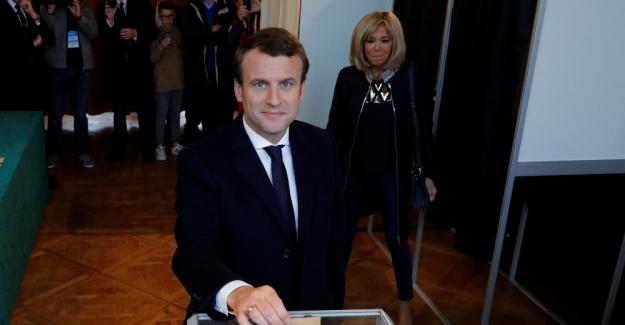 Fransa'da Cumhurbaşkanı adayı Macron sandık başında