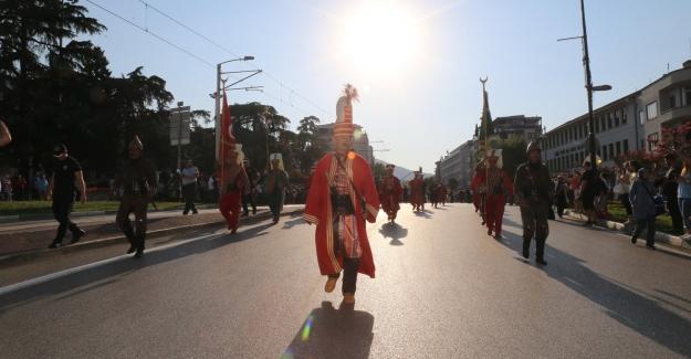 'Altın Karagöz' Halk Dansları Yarışması rengarenk kortejle başladı