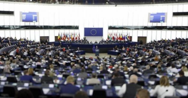 Avrupa Parlamentosu (AP) Türk vatandaşlarının AB vizesinden muaf tutulmasını Türkiye'nin (Rumların) Kıbrıs Cumhuriyeti'ni tanıması koşuluna bağladı.
