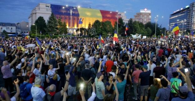 Romanya'da hükümetin istifasını isteyen binlerce kişi sokaklarda