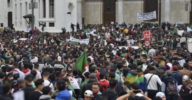 Cezayir'de Cumhurbaşkanı Buteflika'nın 'kaos' uyarısına karşın on binlerce kişi sokaklarda