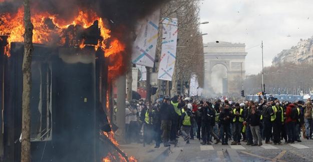 Fransa'da Sarı Yelekler eyleminde tansiyon yükseldi: Polis biber gazı kullandı, gazete bayileri ateşe verildi.