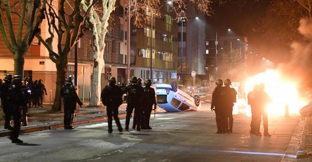Fransa: Polisin kovaladığı Türk'ün kazada ölmesi infial yarattı, göstericiler araçları ateşe verdi
