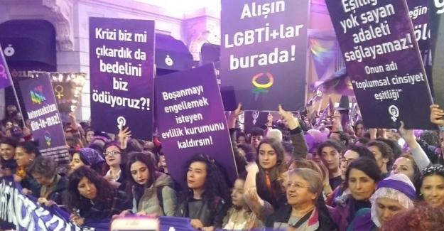 İstanbul'da izinsiz gösteri yapmak isteyen kadın gruba polis müdahale etti
