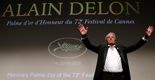 Cannes Film Festivali'nde onur ödülü alan Alain Delon'a feminist derneklerden tepki