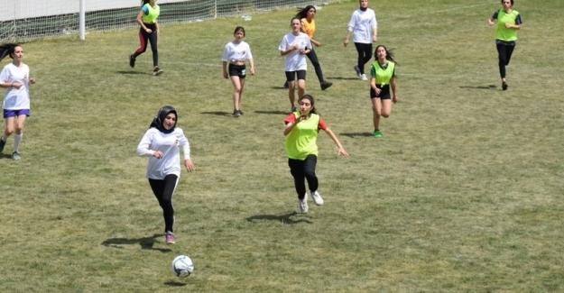 """Nilüfer 18. Uluslararası Spor Şenlikleri'nde """"Alkışlar Futbolcu Kızlara"""""""