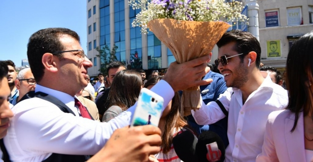 Yeni bir rol-model lider mi ? İstiklal Caddesi'nde İmamoğlu izdihamı