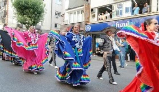 33. Bursa Uluslararası Altın Karagöz Halk Dansları Yarışması, kortej yürüyüşü ile başladı