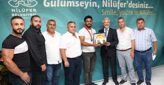 Bursa'nın gururuna Başkan Erdem'den ödül