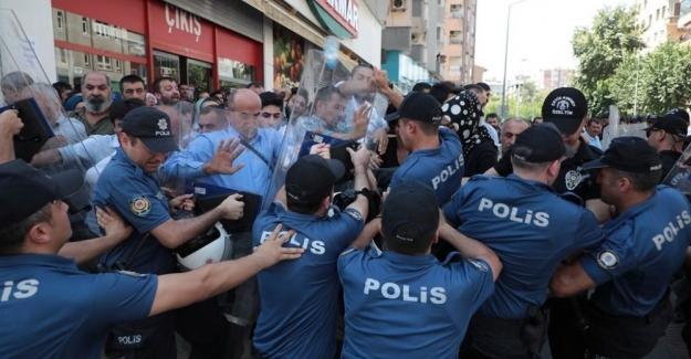 Diyarbakır'da olaylar sürüyor: Kalabalık valiliğe yürümek isteyince ortalık karıştı