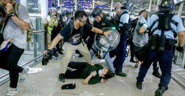 Hong Kong havalimanında göstericilere polis müdahalesi