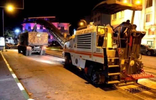 Osmangazi Belediyesi gece saatlerinde asfalt çalışmasında