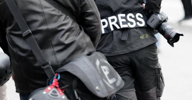 Mayınlı tarlada yürüyen gazeteciler