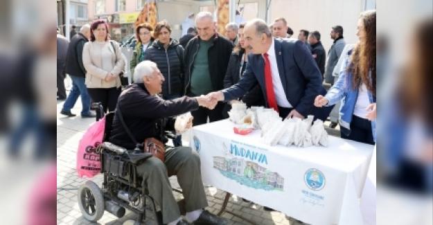 Mudanya Belediyesi Şehitler için lokma dağıttı