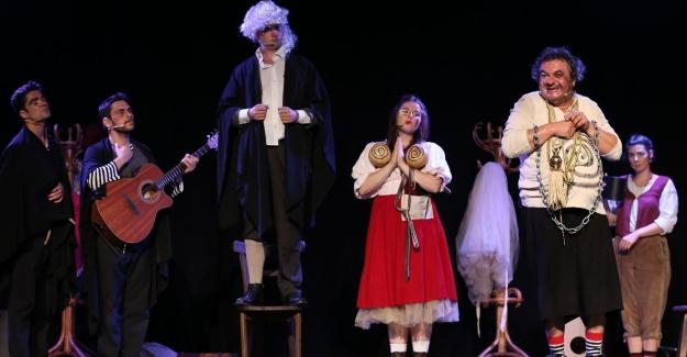 """Nilüfer Kent Tiyatrosu Açıkhavada: """"Übü Hep Übü"""" ayakta alkışlandı"""