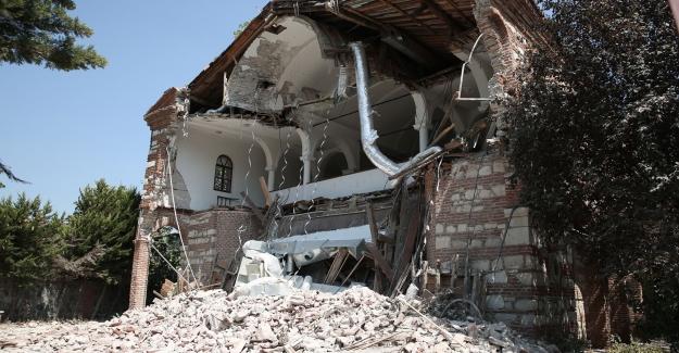 Bir tarihi yapı bakımsızlıktan yıkıldı