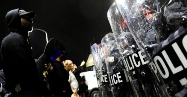 ABD'de Philadelphia polisi tarafından bir siyahi gencin öldürülmesi üzerine halk sokağa döküldü