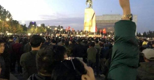 Kırgızistan'daki protestocular Eski Cumhurbaşkanı Atambayev'i cezaevinden çıkardılar!