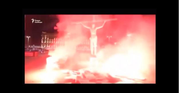 Moskova'da bir genç kendini Hz İsa gibi çarmıha gerip ateşe verdi