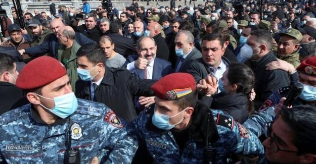 Ermenistan Durulmuyor: Ordu istifa isteyerek ayağa kalktı, Paşinyan 'darbe var' diye halkı desteğe çağırdı