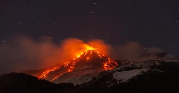 Etna Yanardağı lav püskürtmeye başladı, uçaklar rötar yaptı!