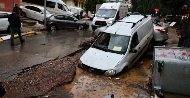 İzmir 'de sel felaketi: Normalin 30 katı yoğunlukta yağmurla birlikte sel baskını