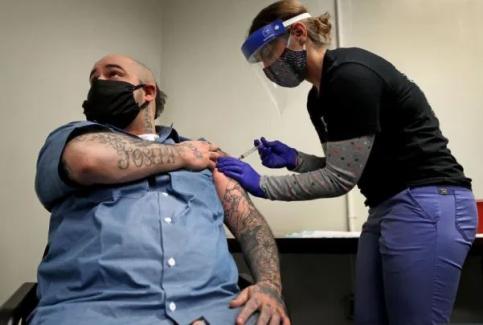 Amerika'da aşı olanların cezası yarı yarıya indirilecek