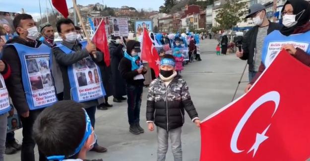 Doğu Türkistanlılar İstanbul'daki aile nöbetine yeniden başladı