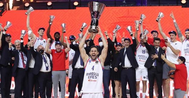 Euroleague şampiyonu Anadolu Efes yurda döndü