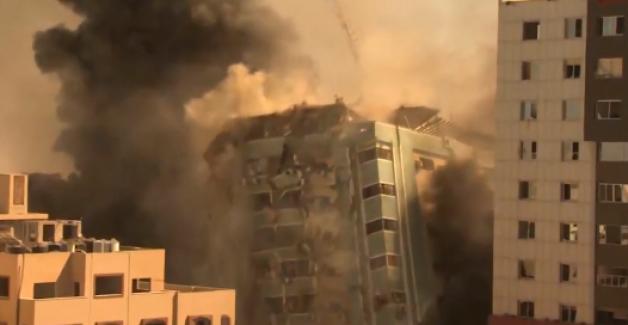 Gazze'de İsrail uçaklarının vurduğu, (içinde AP ve Al Jazeera ofisleri de bulunan) 13 katlı bina çöktü