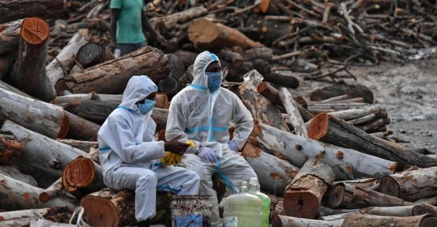 Hindistan salgının pençesinde. Yağışlar yüzlerce cansız bedeni ortaya çıkardı