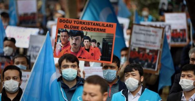 Doğu Türkistanlı aktivistlerden Mısır İstanbul Başkonsolosluğu önünde protesto