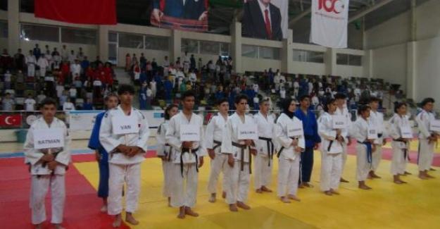 Yıldızlar Judo Turnuvası, Kilis'te 18 ilden 350 sporcunun katılımıyla başladı.