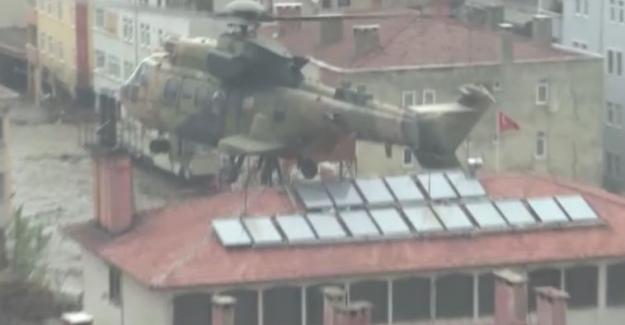 Kastamonu'daki selde çatılara çıkan vatandaşları TSK helikopterle kurtardı