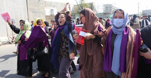 Afganistan'da kadınlar Taliban'ı protesto ediyor
