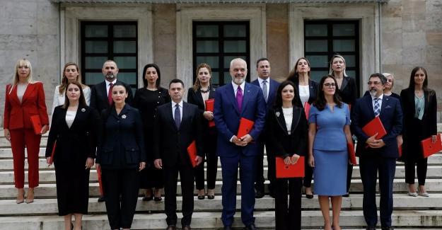 Arnavutluk'un yeni kabinesi, kadın bakan sayısıyla tarihe geçti