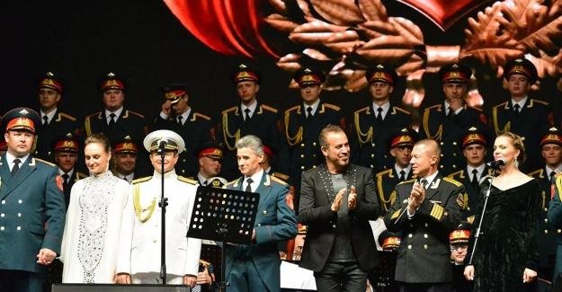 Haluk Levent, Aleksandrov Kızılordu Korosu'yla aynı sahnede