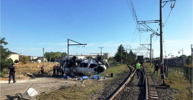 Tekirdağ'da yük treni işçileri taşıyan servis minibüsüne çarptı: 6 ölü, 7 yaralı