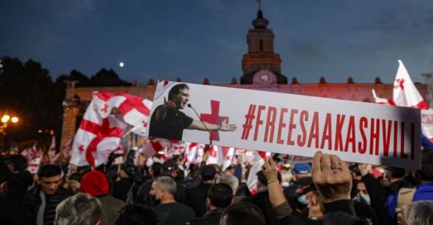 Gürcistan'da binlerce kişiden, eski Cumhurbaşkanı Saakaşvili'nin serbest bırakılması için protesto!