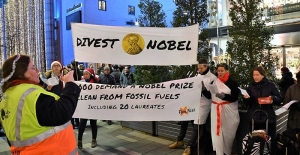 Nobel ödülleri sahiplerine verilirken, törene protestolar damga vurdu